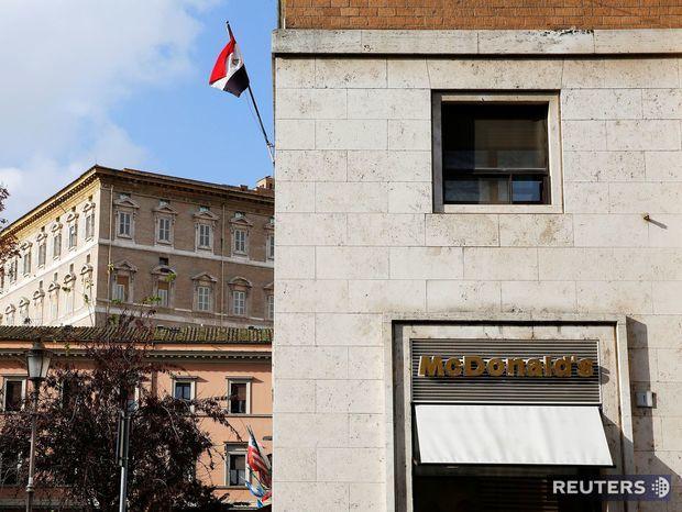 McDonald's na Borgo Pio v Ríme. Firma uviedla, že svoju pobočku prispôsobila historickému okoliu.
