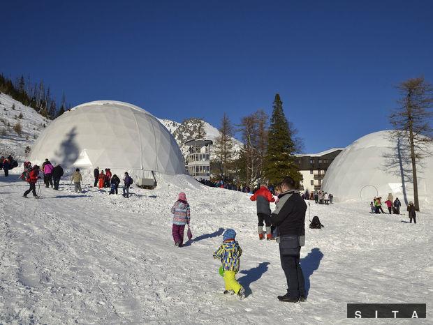 Návštevníci Vysokých Tatier počas zimnej sezóny pri kopulách na Hrebienku. Vo vysokohorskom prostredí je kažždú zimu vytýčených približžne 20 km značkovaných turistických chodníkov.