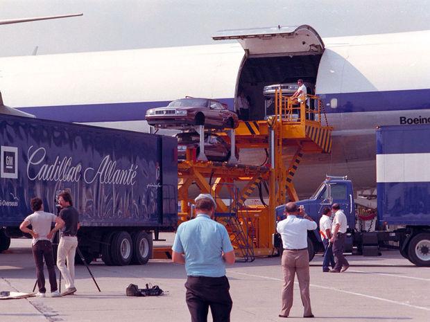 Z Turína leteli hotové karosérie do Detroitu. Do špeciálne upraveného Boeingu 746 spoločnosti Aliatalia sa ich zmestilo 56. O leteckom výrobnom moste sa hovorilo ako o najdlhšej výrobnej linke sveta.