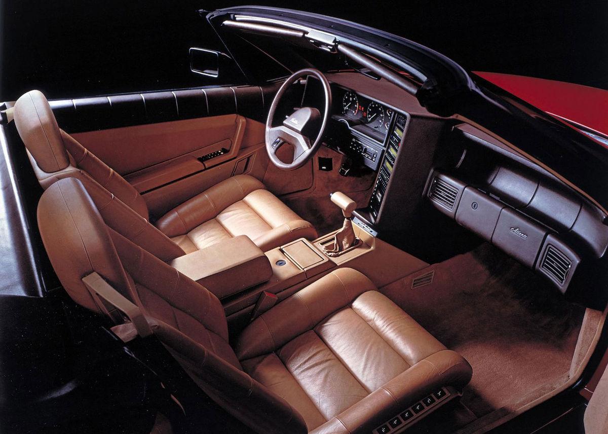Na luxuse sa nešetrilo. Dvojmiestny interiér mal automatickú klimatizáciu, audio Bose, vyhrievané elektricky nastaviteľné sedadlá a digitálny prístrojový panel. Priplatiť sa dalo jedine za telefón v stredovej opierke.