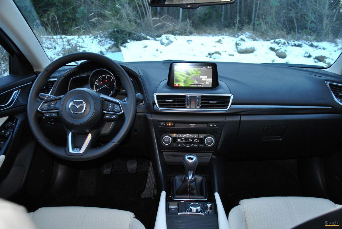 Ovládanie systémov auta je intuitívne. Na volante však mohlo byť menej tlačidiel.