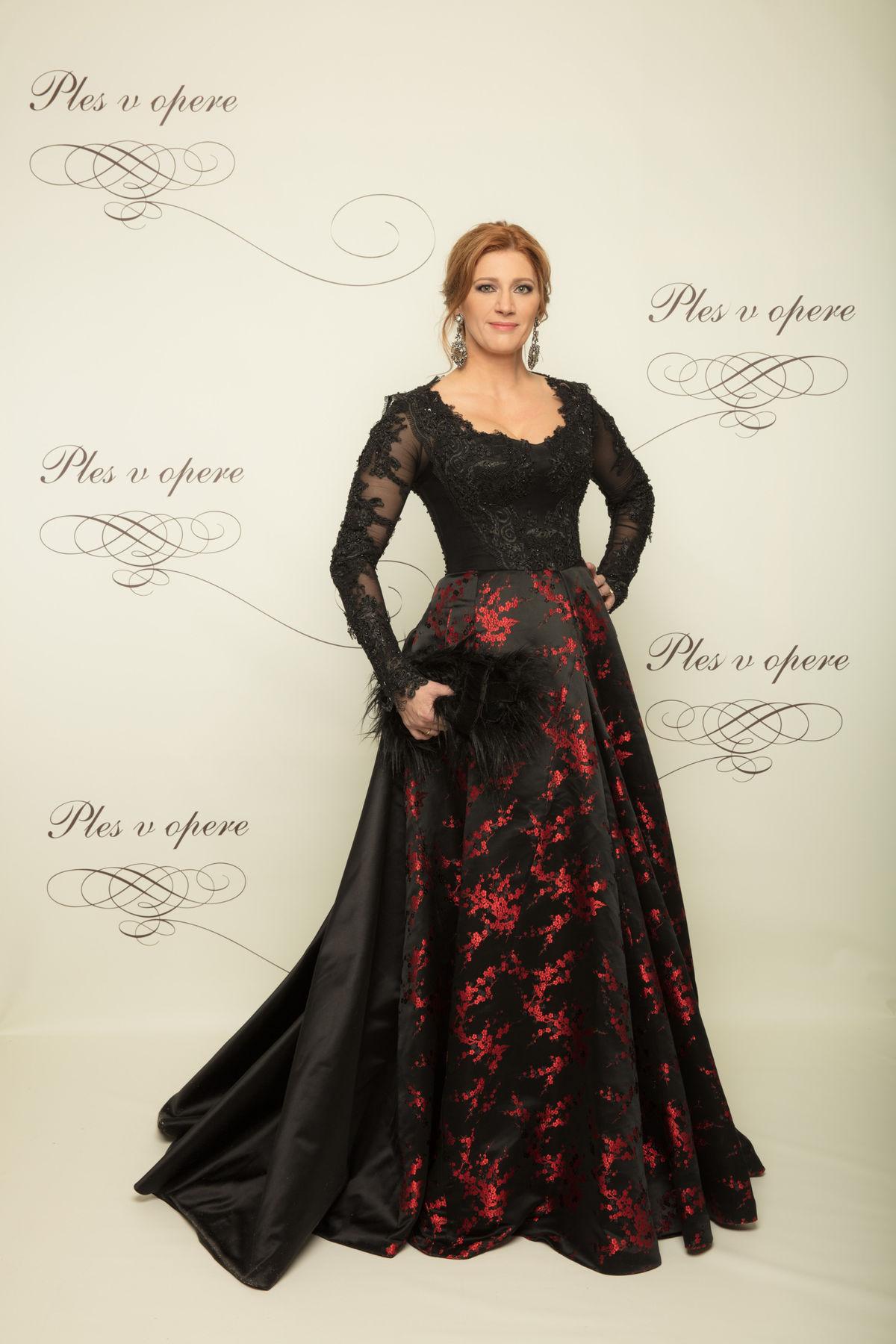 Riaditeľka Plesu v opere Andrea Cocherová v šatách od Borisa Hanečku.