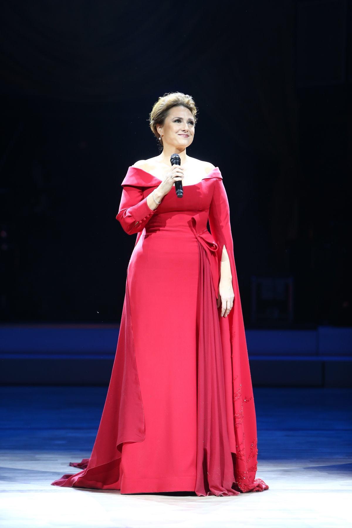 Moderátorka 17. ročníka Plesu v opere Zuzana Mauréry v kreácii od Jany Kuzmovej.