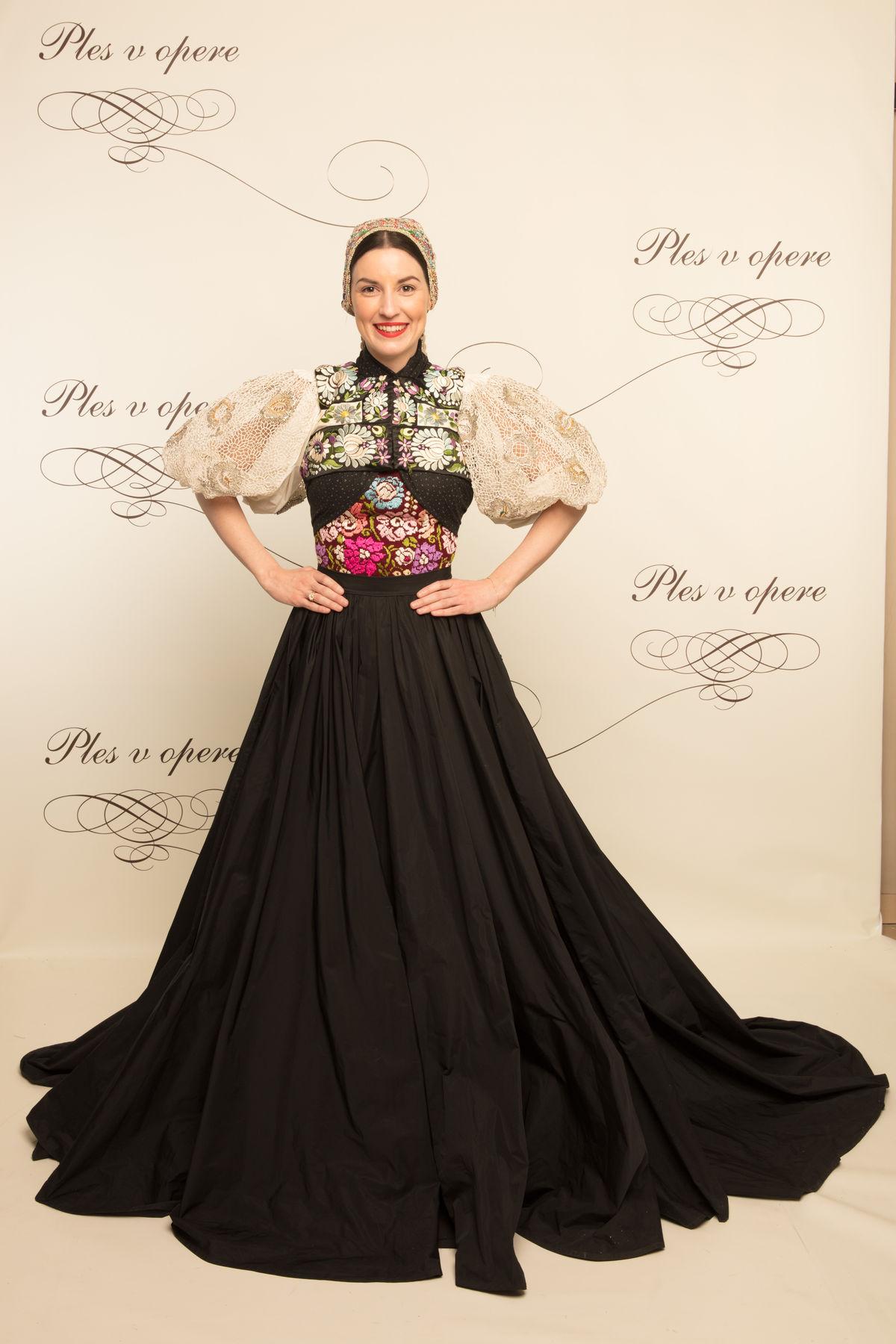 Spisovateľka Tamara Šimončíková Heribanová si obliekla tradičný kroj, ktorý doplnila sukňa od Lukáša Kimličku.