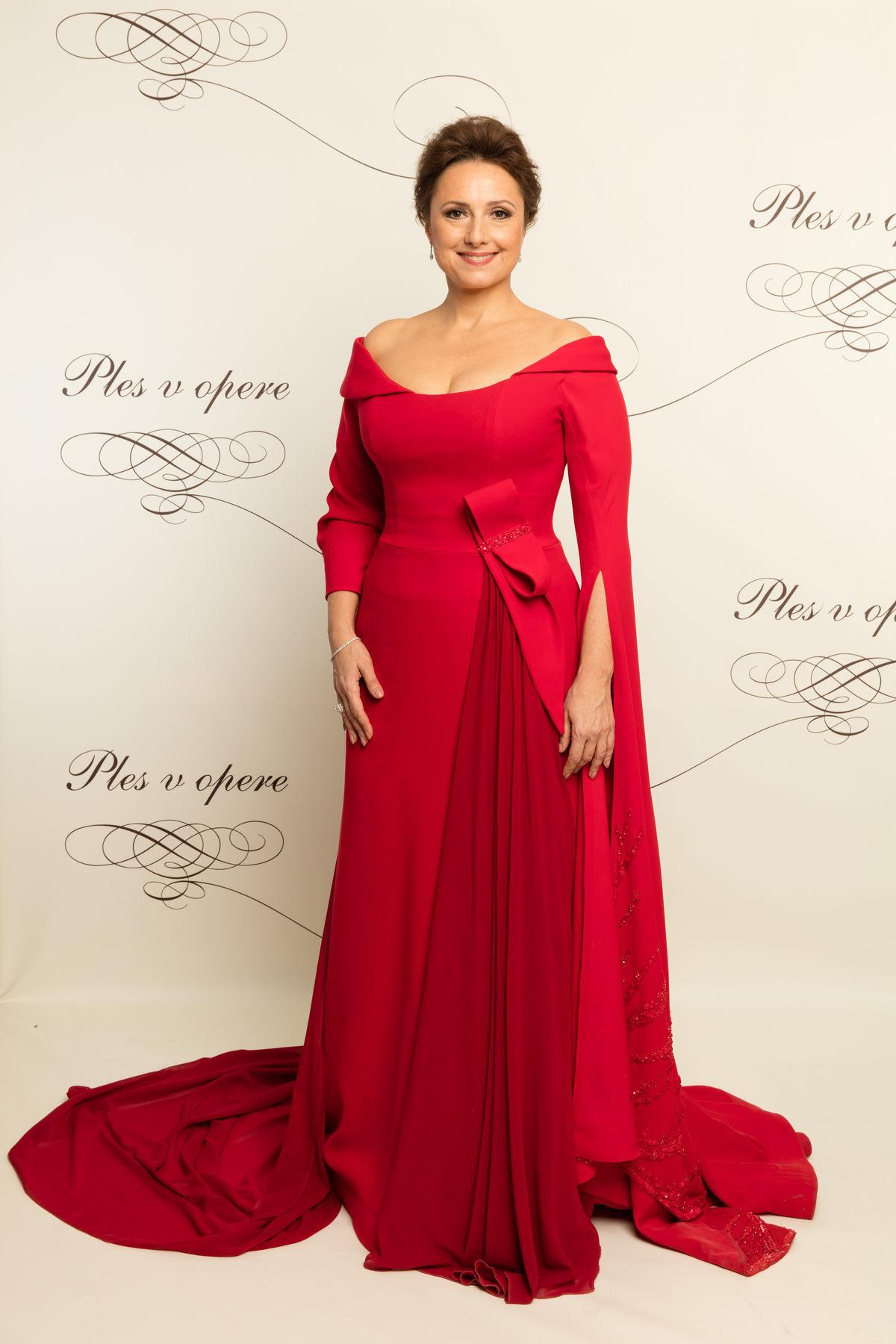 Moderátorka 17. Plesu v opere - herečka Zuzana Mauréry v šatách od Jany Kuzmovej.
