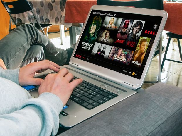 filmy, seriály, laptop, notebook, počítač, netflix