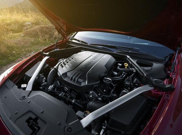 Výkonnejšiu verziu Stingeru GT poháňa preplňovaný 6-valec s výkonom 272 kW, vďaka ktorému akceleruje v spojení s 8-stupňovým automatom na stovku za 5,1 sekundy.