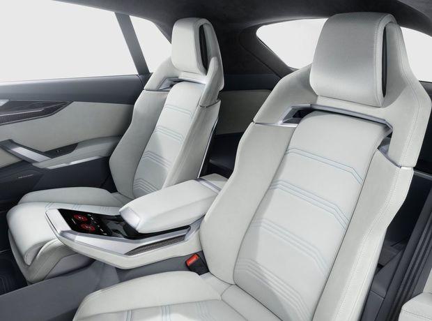 Vzadu nájdeme, tak ako sa na koncept patrí,  len dve sedadlá. Zato sú elektricky nastaviteľné.