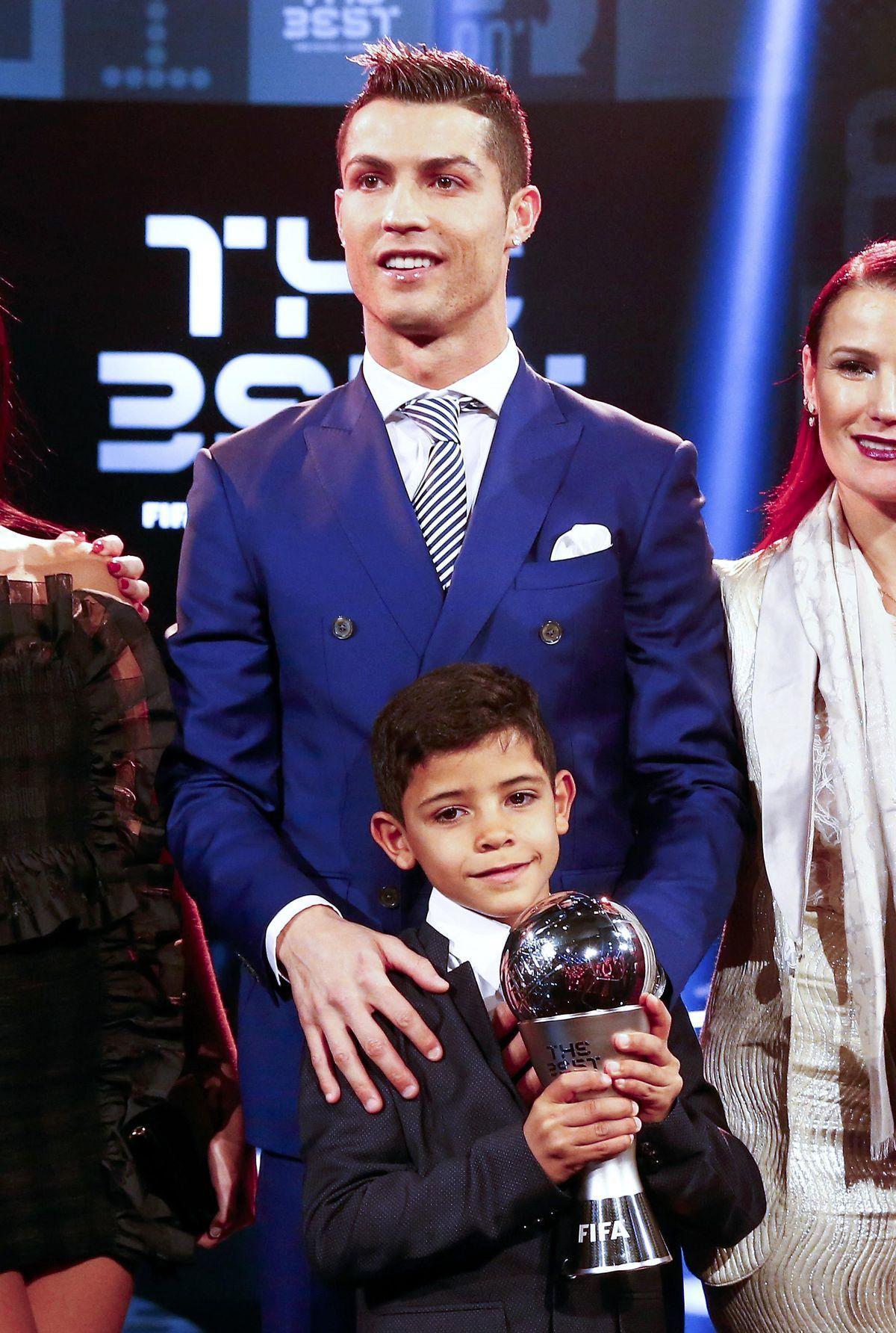 Najlepší hráč roka 2016 podľa Medzinárodnej futbalovej federácie (FIFA) Cristiano Ronaldo a jeho syn,  Cristiano Ronaldo Jr.