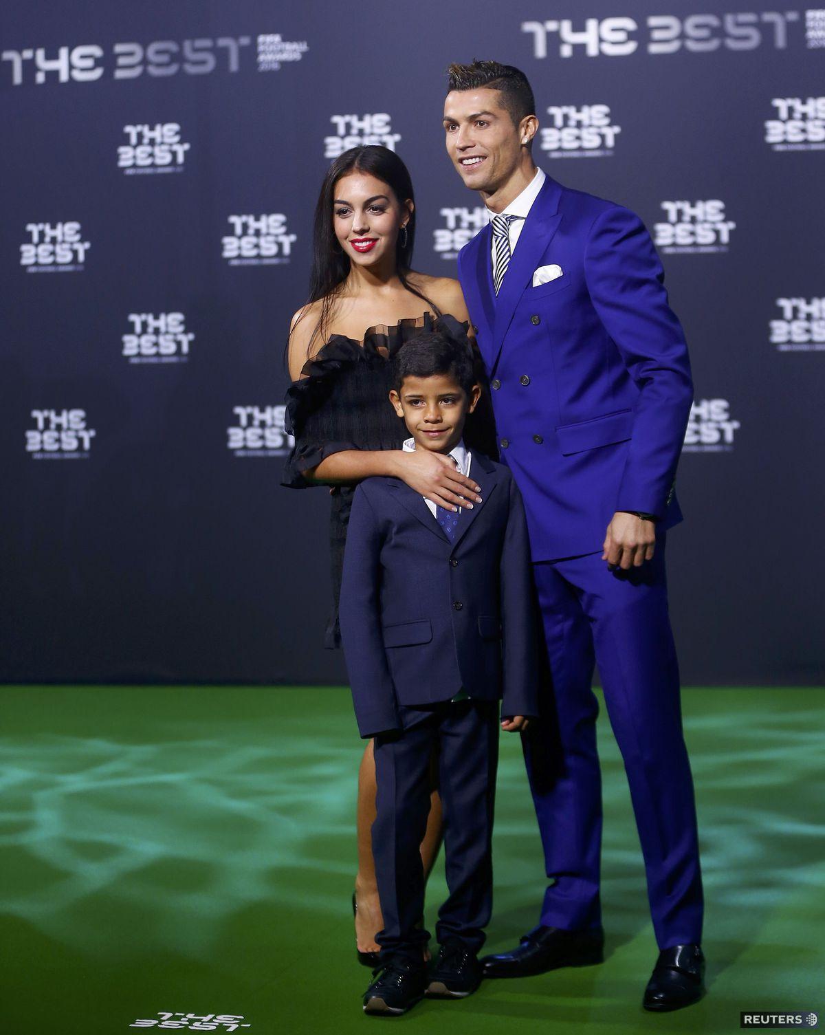 Najlepší hráč roka 2016 podľa Medzinárodnej futbalovej federácie (FIFA) Cristiano Ronaldo a jeho syn,  Cristiano Ronaldo Jr. a  Georgina Rodriguez.