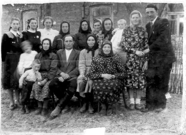 Rodina Kupkovcov z Cigelky pred domom po volynských Čechoch (koniec 40. rokov).