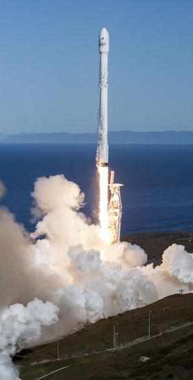 Štart rakety Falcon 9 zo 14. 1. v Kalifornii.