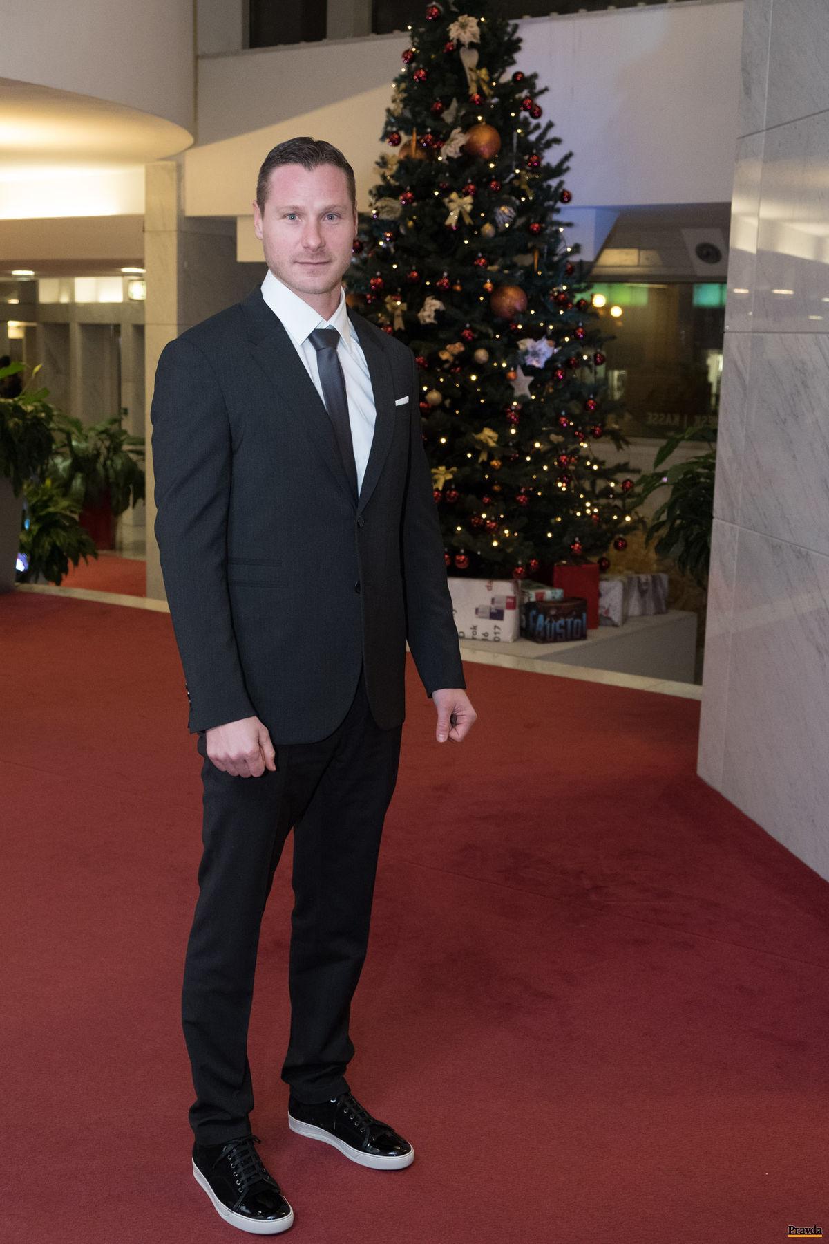 Rýchlostný kanoista Erik Vlček kombinoval na Športovcovi roka spoločenský oblek s ležérnymi teniskami.