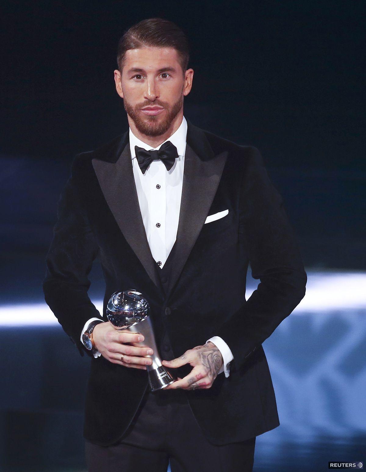 Futbalista Sergio Ramos na vyhlásení cien FIFA Awards predviedol naozaj ukážkový štýl so zamatovým smokingovým sakom.