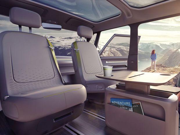 Ak preberie riadenie autopilot, môžu si vodič a spolujazdec  otočiť sedadlá o 180 stupňov a komunikovať s posádkou.