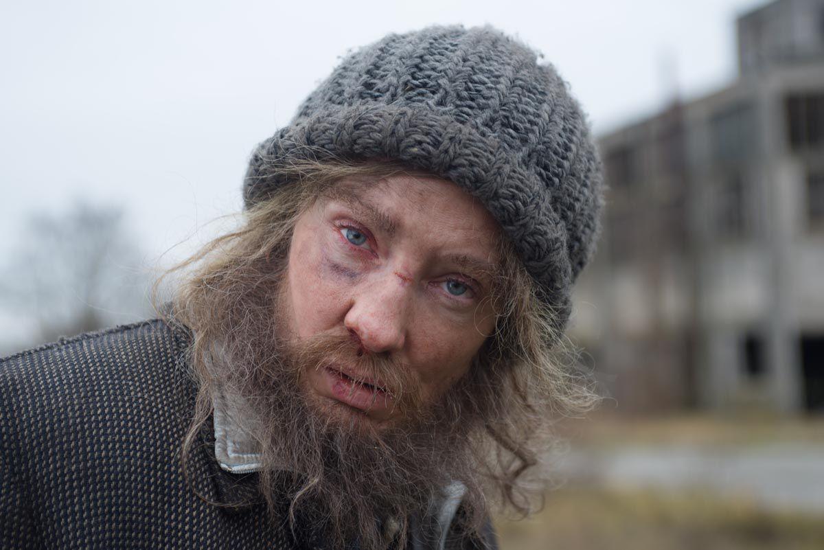 Herečka Cate Blanchett na zábere z projektu Manifesto. Zamaskovaná na nepoznanie
