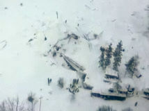 Taliansky hotel pochovala lavína, našli už prvú obeť