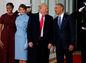Odstupujúci prezident Barack Obama a jeho manželka Michelle zdravia Donalda Trumpa a jeho manželku Melaniu.