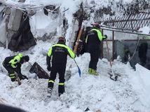 V zasypanom talianskom hoteli je ešte stále desať živých ľudí