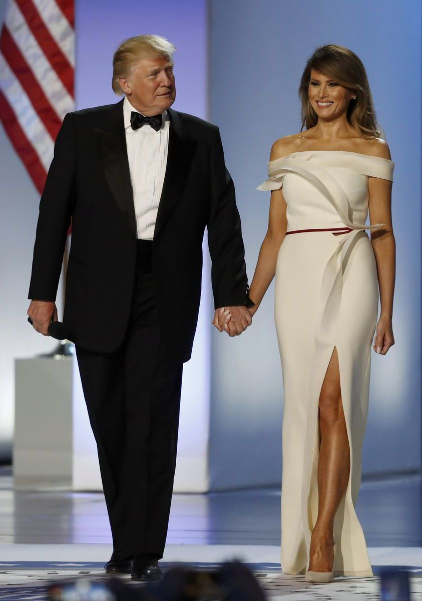 Americký prezident Donald Trump prichádza s manželkou Melaniou Trumpovou na inauguračný bál. Prvá dáma je oblečená v šatách od dizajnéra Hervého Pierra.
