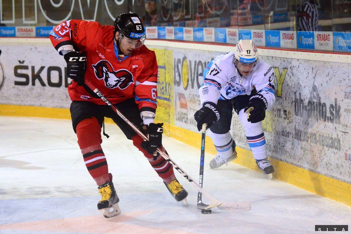 Patrik Lamper (vľavo) z HC '05 iClinic Banská Bystrica a Peter Ordzovenský z HK Nitra počas zápasu 28. kola Tipsport ligy.
