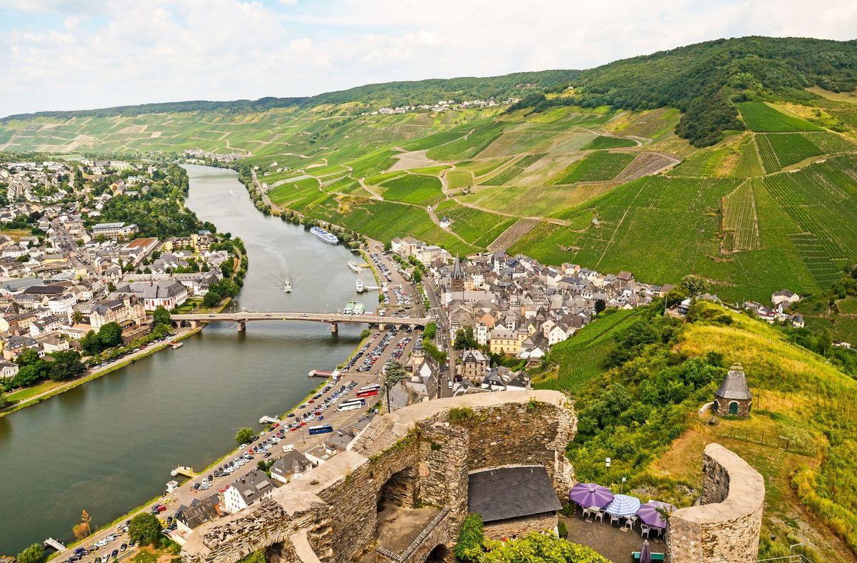 Pohľad z hradu Landshut na staré mesto Bernkastel-Kues s vinohradmi a riekou Moselou. Bezmála šesť storočí utvárali túto panorámu usilovní vinohradníci.