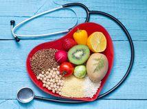 srdce, fonendoskop, zdravá výživa, strava, orechy, ovocie, zelenina, kivi