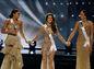 Miss Francúzsko Iris Mittenaere (v strede) sa drží za ruky s finalistkami, ktoré bojovali o najcennejší titul - vpravo Miss Haiti Jacque Pellisier a Miss Kolumbia Andrea Tovar.