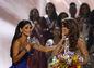 Minuloročná Miss Universe Pia Wurtzbach (vľavo) odovzdala korunku svojej nástupkyni Miss Francúzska Iris Mittenaere.