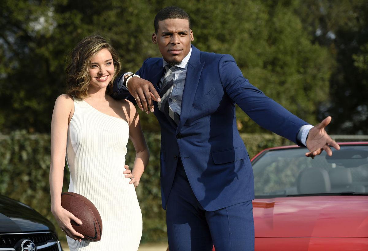 Hráč amerického futbalu Cam Newton a topmodelka Miranda Kerr sa zišli pri nakrúcaní reklamy.
