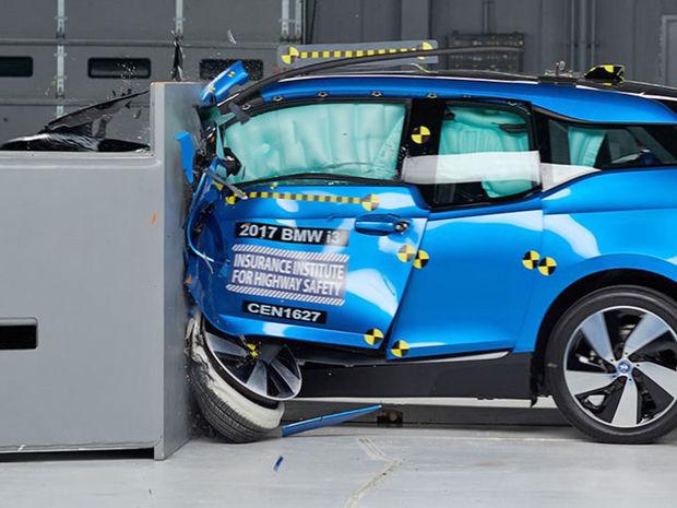 Nemeckému elektromobilu BMW I3 ušiel zisk najvyššieho hodnotenia Top Safety Pick len pre slabšiu ochranu krčnej chrbtice cestujúcich pri náraze zozadu.