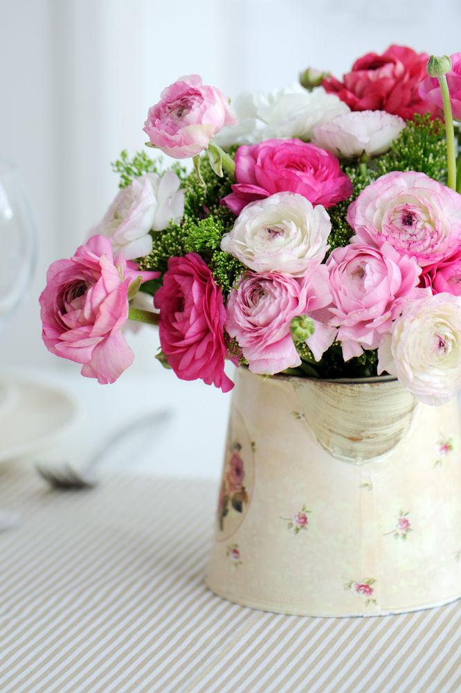 Kytica ruží s nádychom starých čias. Nielen ich farba, ale aj retro džbán, v ktorom sú umiestnené, sú pripomienkou minulosti.