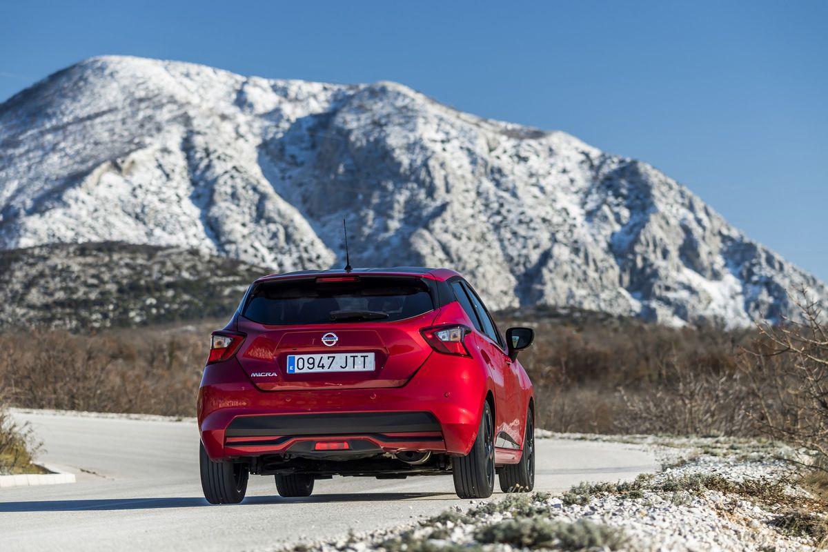 Auto pôsobí robustne najmä zo zadnej strany. Môže za to väčšia šírka a menšia výška.