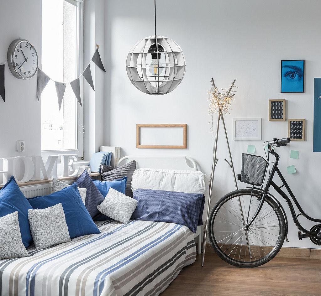 Modrá farba je v tejto miestnosti farbou doplnkov - opäť v kombinácii s čistou bielou. Pôsobí sviežo a priestor opticky zväčšuje. Bonami.sk