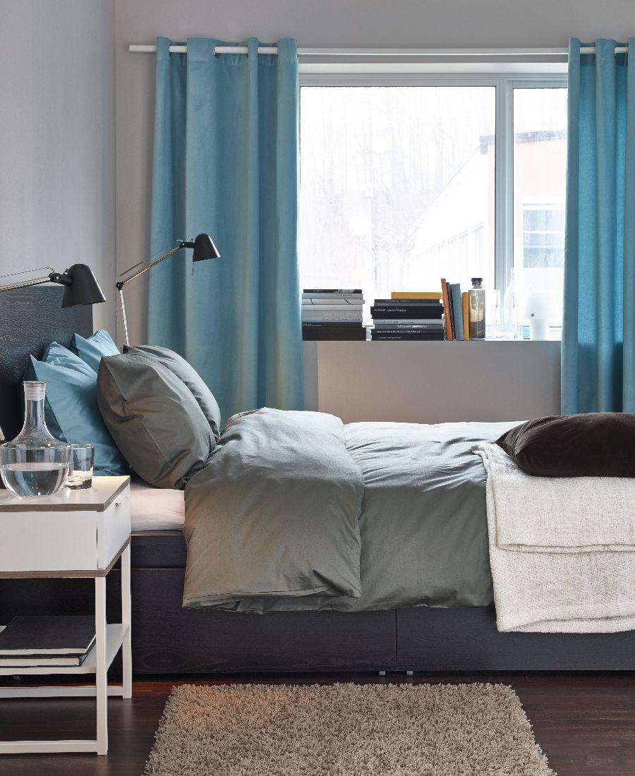Bledomodrú môžete do priestoriu izby dostať aj vďaka závesom. Aj v tomto prípade platí, že miestnosť farba opticky zväčší. Ikea.sk