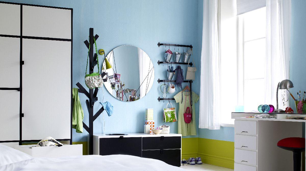 Bledomodrá tento raz ako farba steny v izbe. Miestnosť je presvetlená, napriek bledomodrej farbe chladne nepôsobí. Postarali sa o to vhodne zvolené doplnky. Ikea.sk