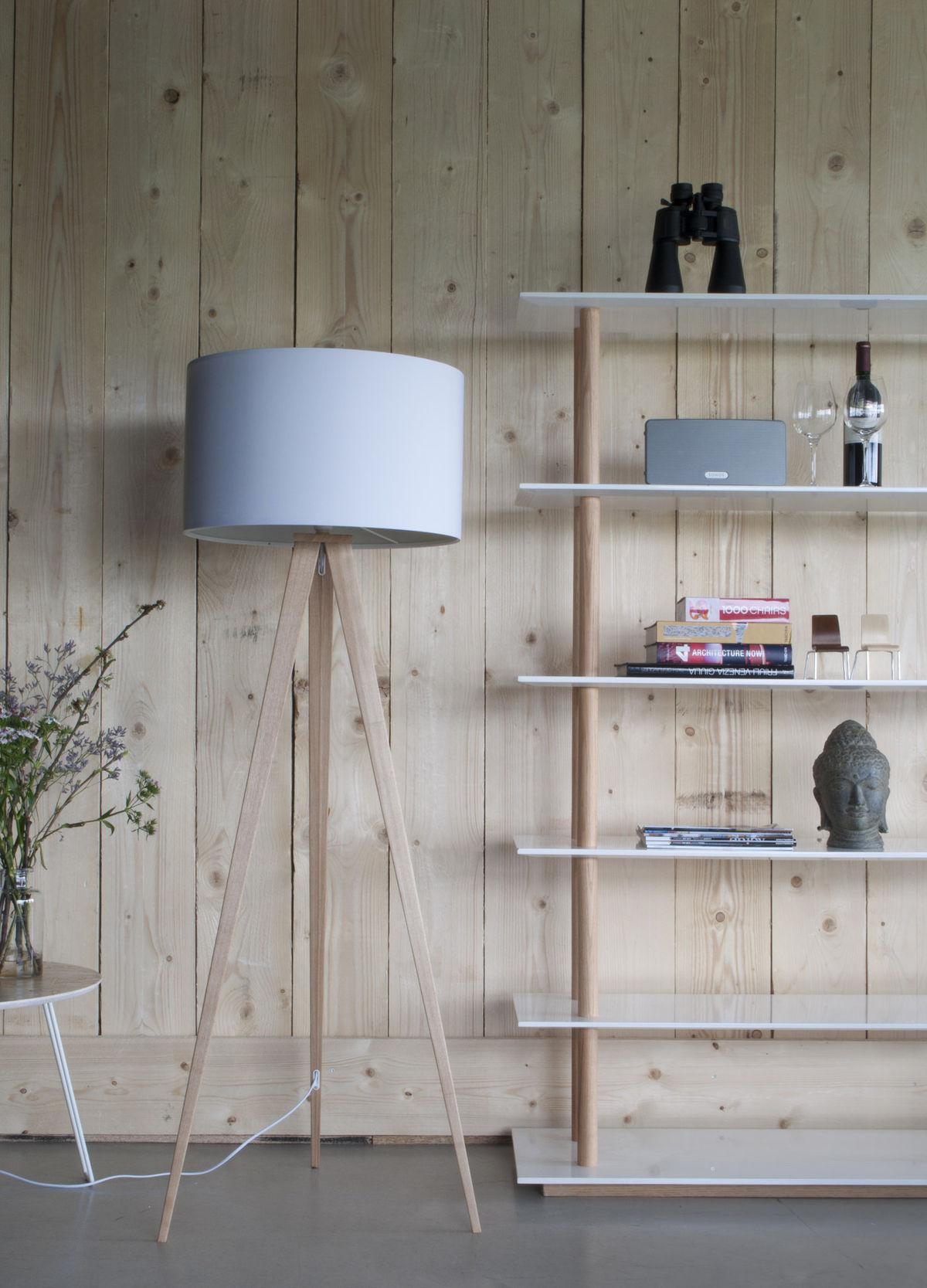 Bledomodrá v kombinácii s bledým drevom - na prvý pohľad chladnejšia kombinácia, na strane druhej jednoduchý dizajn a  striedme farby sú aktuálne trendy. Bonami.sk