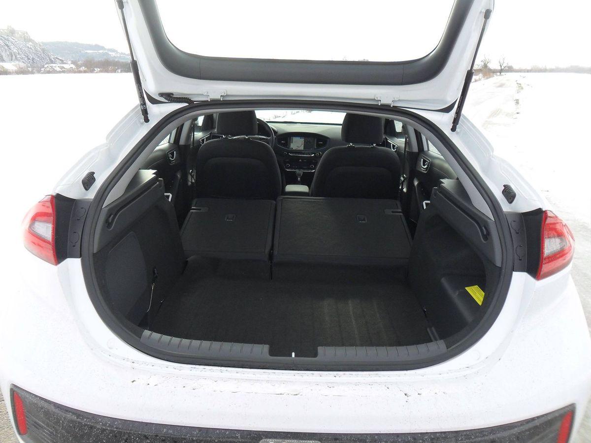 Po sklopení zadných sedadiel nevzniká rovina s dnom batožinového priestoru.
