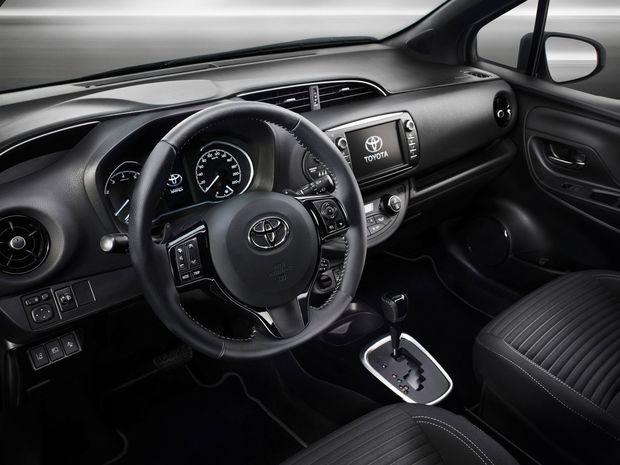 Interiér má prepracovaný prístrojový panel so 4,2-palcovým farebným TFT displejom, nové dekorácie a zmenený dizajn bočných prieduchov ventilácie.