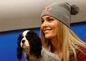 Lindsey Vonnová s jej psom menom  Lucy počas tlačovej konferencie.