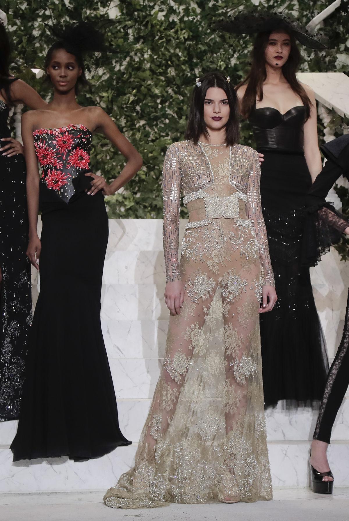 Topmodelka Kendall Jenner predvádzala kolekciu La Perla v New Yorku.
