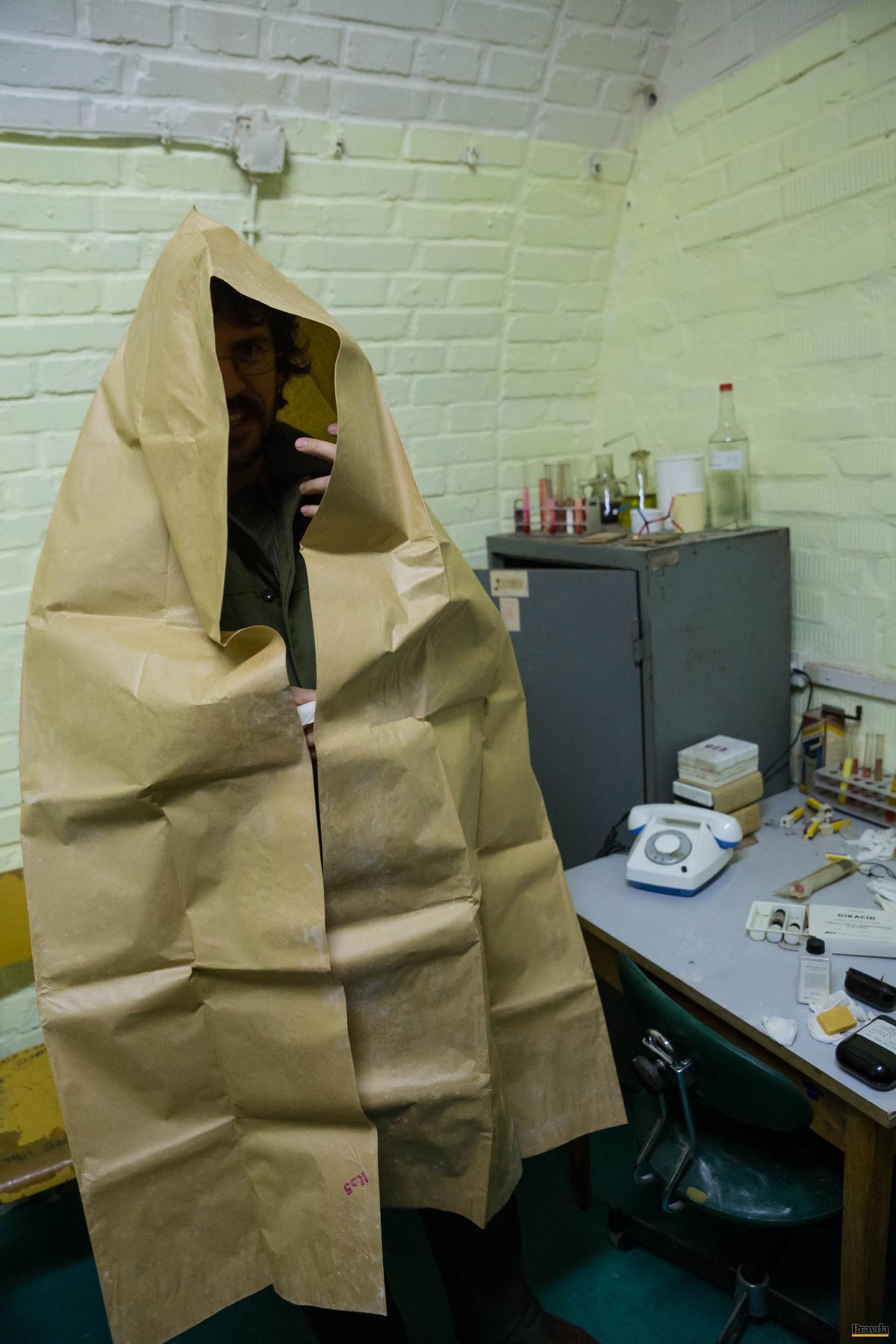 Skupina historikov a nadšencov vyčistila a doplnila dobové vybavenie, opravila ventiláciu. Sprievodca Lipner v provizórnom protichemickom obleku.