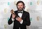 Casey Affleck za s cenou BAFTA za výkon vo filme Miesto pri mori.
