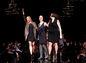 Zľava: Herečka Mira Sorvino, zakladateľka organizácie #CancerlandChampagne Joy a dizajnérka AnaOno v závere módnej šou AnaOno.