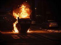 Paríž, horiace auto, oheň, protesty, demonštrácia, nepokoje