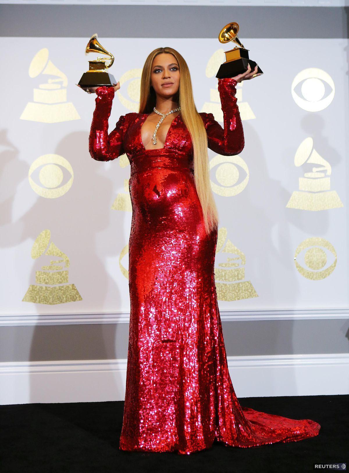 Speváčka Beyonce sa objavila v červenej kreácii od dizajnéra Petra Dundasa.