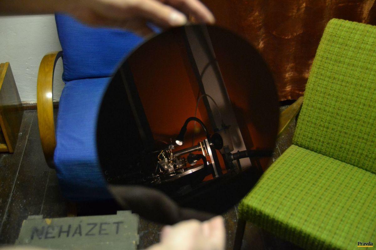 Takto vyzerá čistý, nepopísaný vinyl. V ňom sa odráža stroj, ktorým sa doň vyrezávajú drážky.