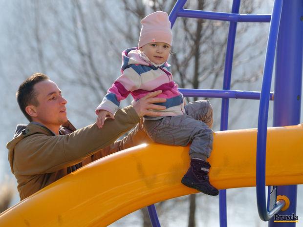počasie, oteplenie, rodina, jar, otec, dieťa, detské ihrisko,