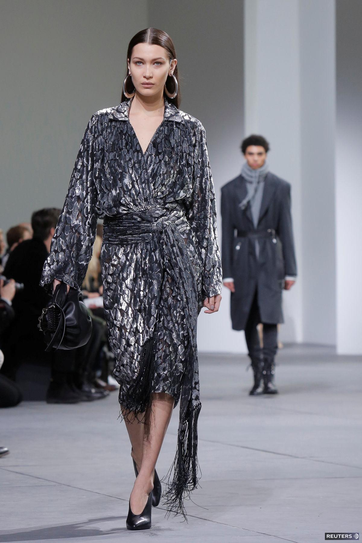 Modelka Bella Hadid v kreácii z dielne Michaela Korsa priamo na móle.