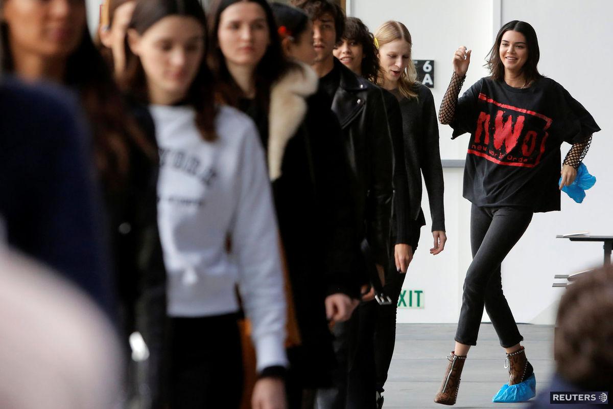 Topmodelka Kendall Jenner má síce v brandži veľmi vychýrené meno, ale to neznamená, že sa nezúčastňuje na nácvikoch chôdze a choreografie. Pri komplikovanom rozmiestnení sedadiel a uličkách, ktorými modelky musia prejsť, to je vždy nutné.